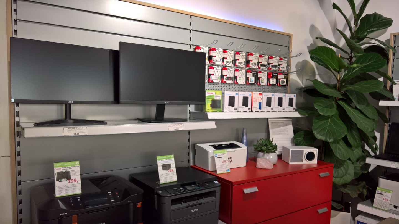 Blick in den Shop, Verkaufsregale Drucker, monitore und EDV Zubehör