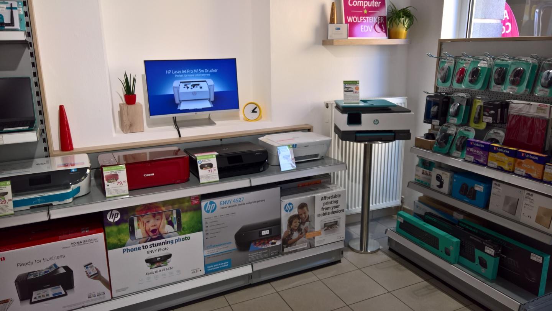 Blick in den Shop, Verkaufsregale Drucker und EDV Zubehör