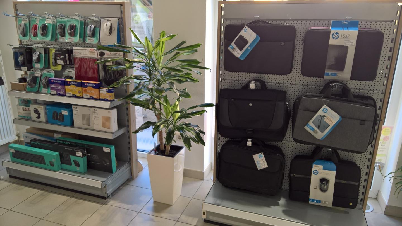 Verkaufsregale mit EDV Zubehör und Notebooktaschen