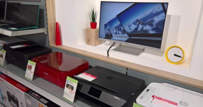 Shop innen, Drucker Notebooks Monitor ausgestellt